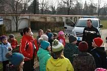 STRÁŽNÍCI MĚSTSKÉ POLICIE Ostrov ukazovali dětem svá služební vozidla a vybavení, které používají při práci.