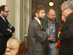 Před soudní síní. Uprostřed Robert Pelikán, vpravo vedle něj Jiří Kotek.