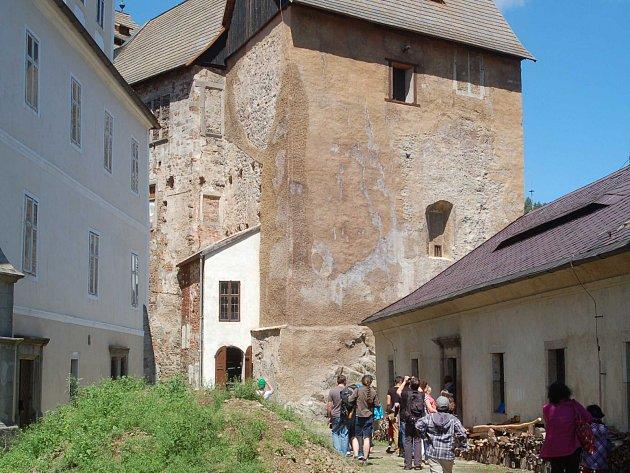 BEČOVSKÝ HRAD, kde byl před 30 lety relikviář svatého Maura nalezen. Tato část památkového areálu prozatím není pro veřejnost běžně přístupná. Relikviář je zatím uložen v zámku. V budoucnu by se ale měl přemístit právě do nové expozice v hradu.