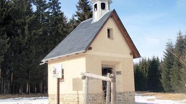 Zaniklou osadu Mílov u Božího Daru připomíná obnovená kaplička.
