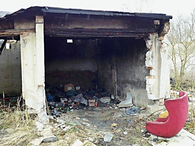 Zchátralé a opuštěné garáže v Jabloňové ulici čeká demolice.