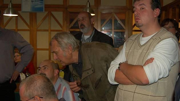 Starosta Ostrova Jan Bureš (vpravo) sledoval krajské volby ve volebním štábu ODS. Ani on nebyl z výsledků vůbec nadšen.