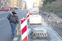 Práce na chodníku v Sokolovské ulici by měly být brzy dokončeny.