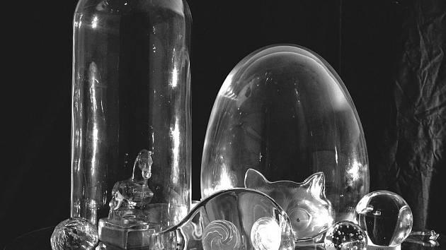 Vybraní mladí autoři vytvořili pro jednotlivé místnosti letohrádku expozice, které vycházejí z tradičního rozdělení šlechtických sídel. Petr Nikl například přispěl svým dílem ze skla a plyše  Komnata skleněného prince.