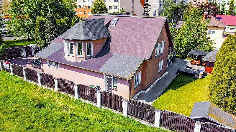 Interiéry i tohoto domu v karlovarské Konečné ulici jsou velice zajímavé. Dům nabízí Remax za 9,99 milionu korun.
