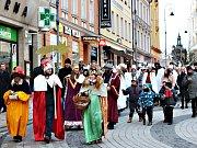 V Karlových Varech začala Tříkrálová sbírka. Do ulic krajského města vyšly desítky koledníků.