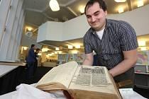 V domově mládeže v Lidické začala unikátní výstava bible