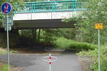 Na kole jen pod Doubský most. Pak musíte přes silnici