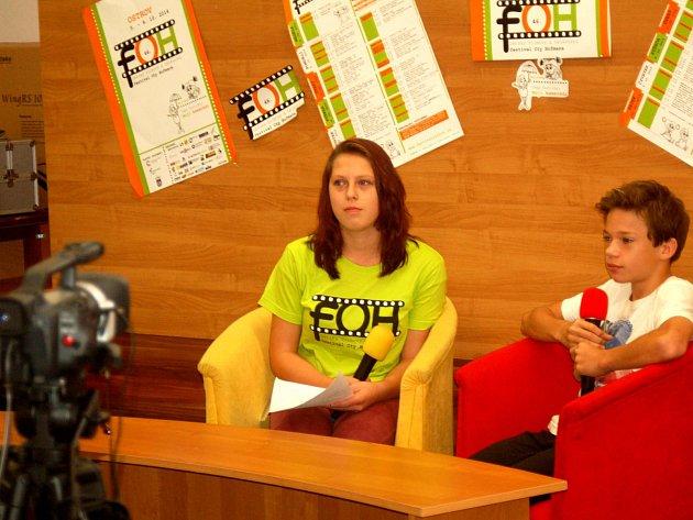 NA VLASTNÍ kůži si mnozí vyzkoušeli, jaké to je, sedět před kamerou. Ať už v roli reportéra, nebo v roli zpovídaného.