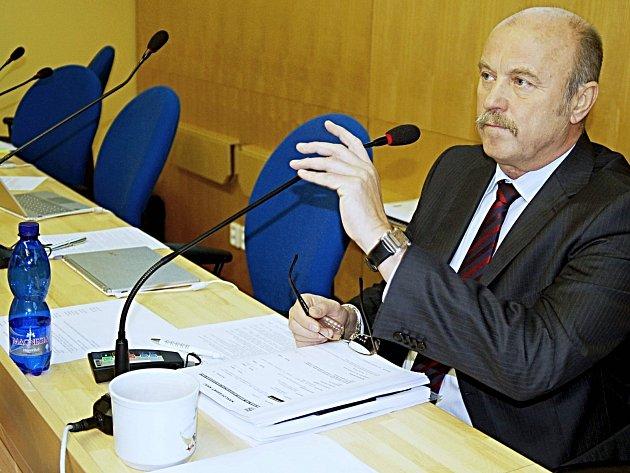 ZŮSTAL SÁM. Poslední dva týdny zbývají ve funkci hejtmanu Josefu Novotnému. Část ČSSD v kraji ho opustila.