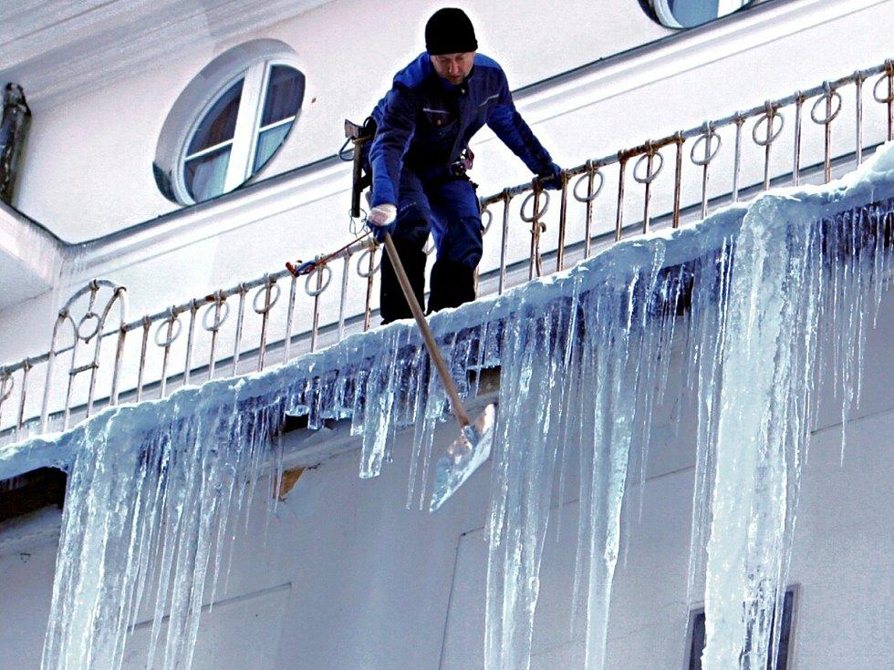 Obří rampouchy vyčarovala zima v současnosti na nejednom domě. Jsou ale velkou hrozbou pro lidi procházející pod nimi. Dostat kusem ledu po hlavě, to by nedopadlo dobře. I proto je včera odstraňovali například na hotelu Radium Palace v Jáchymově.