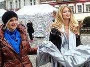 Topmodelka Linda Vojtová natáčela na karlovarské Mlýnské kolonádě nový reklamní spot.