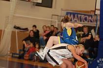 Basketbal karlovarské hráčky hodně bolel. O tom se přesvědčila i karlovarská Jana Houdková (v bílém).