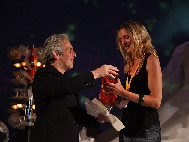 Larry Sider (ředitel londýnské školy School of Sound) předává cenu vítězce studentských filmů Gabriele Pichler za film Šrámy.