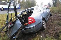 LEHKÝMI ZRANĚNÍMI skončil pro posádku Škody Octavia pondělní střet s kamionem, jehož řidič podcenil zrádnost mokré vozovky.