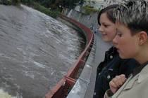 Problémem je Teplá. Povodně v roce 2002 Karlovy Vary příliš neohrozily. I tak ale voda v úzkém korytu řeky Teplé stoupala až k okrajům. Teplou zabezpečují dvě vodní díla.