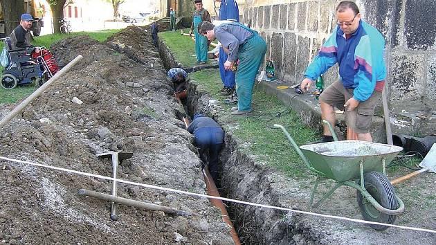 Už v loňském roce začali členové sdružení pro záchranu kostela pracovat na dešťové kanalizaci. Letos budou práce pokračovat.