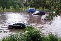Stačí větší přívalový déšť a křižovatka je na čas pod vodou.