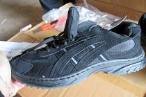 Celníci zabavili tolik bot, že by to obulo téměř celý Sokolov