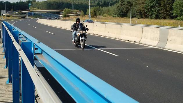 POVRCH silnice na mostě přes řeku Ohři u Sokolova je opraven jenom zčásti. Pokračovat se patrně bude na jaře.