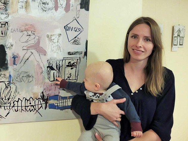 Kolekce, kterou Eva Domková Soukupová připravila pro Galerii Imperial, je inspirována mateřstvím. Na snímku je autorka se svým aktuálně nejsilnějším inspiračním zdrojem.