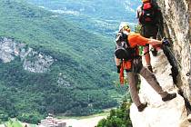 NA ZAJIŠTĚNÉ CESTY vyjížděli lidé dosud hlavně do Itálie či Rakouska. Už letos si budou moci vyzkoušet ferratu v Bečově. Chystaný projekt je seznámí s faunou a flórou spojenou se skalním prostředím. Na snímku ferrata na Monte Albano u italského Mori.