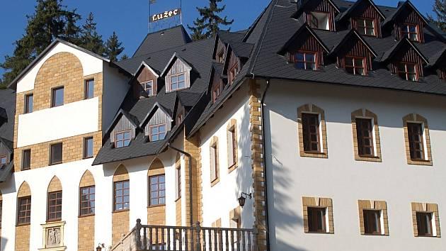 Majitelé dokončovaného hotelu Zámek Lužec by rádi nakupovali a dováželi vřídelní vodu