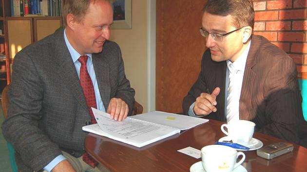 Auditor Kurt von Storch (vlevo) a Eduard Bláha, generální ředitel jáchymovských lázní.