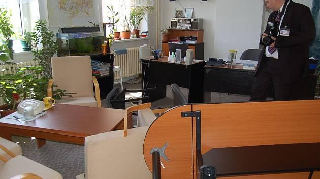 Převrácený stůl, povalené židle a rozházené papíry… Tak vypadala kancelář vedoucího odboru životního prostředí karlovarského magistrátu po brutálním útoku.