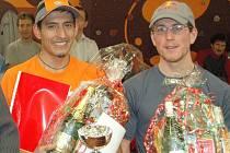 Před rokem, a stejně tak na Nový rok 2007 se o vítězství na silnici z Doubí do Svatošských skal poprali z roka na rok se lepšící Peruánec Vladimir Escajadillo (vlevo) a rodák z Chodova Honza Kubíček. Úspěšnější byl v obou případech Peruánec.