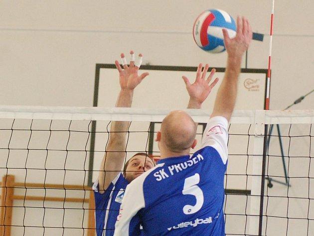 Jednu výhru vybojovali v utkání s Prosekem karlovarští volejbalisté. Svým výkonem k tomu přispěl i Tomáš Botka (za sítí).