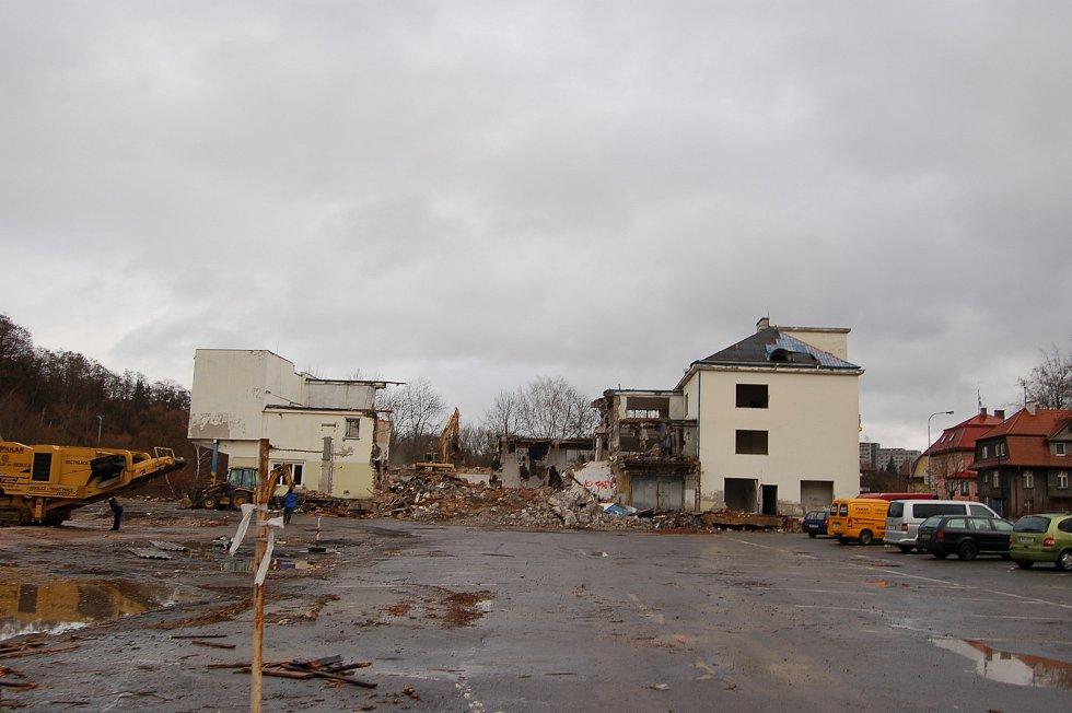 Už ne všichni si pamatují, jak původně vypadal Čertův ostrov, kde dnes stojí Lidl. Ještě před 13 lety zde stála Karlovarská mlékárna. Její demolice začala v prosinci roku 2007.