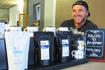PRAŽIČ MICHAL KODET návštěvníkům pražírny udělá kávu, ale i poradí, co s ní.