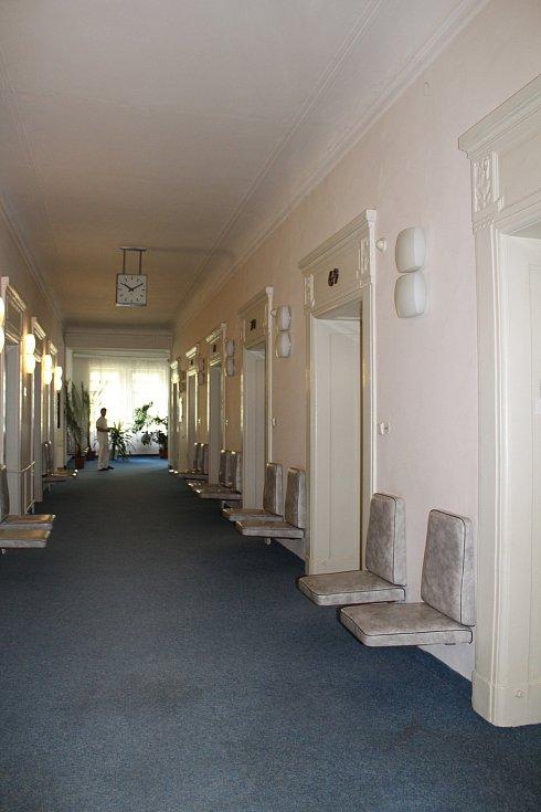 Jedná zastupitelů se konalo shodou okolností právě v budově Alžbětiných lázní.