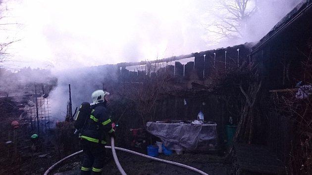 VOstrově hořela zahradní chatka, předběžná škoda je 85tisíc korun.