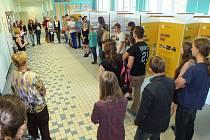 STUDENTI OSTROVSKÉHO gymnázia se zúčastnili slavnostního zahájení výstavy o historii Romů a Sintů v České republice a Německu, kterou vytvořili ve spolupráci s německým gymnáziem.