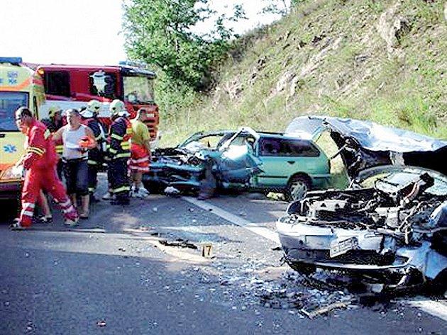 Při nehodě tří automobilů se zranilo devět lidí.