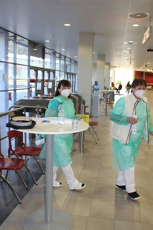 Oočkovat se v KV Areně zatím mohou jen zaregistrovaní senioři. Učitelé by měli přijít na řadu ve středu.