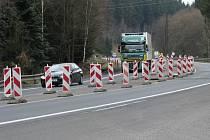 """Na """"šestce"""" u odbočky na Hůrky musí řidiči počítat s komplikacemi kvůli opravám na komunikaci."""