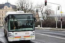 KŘIŽOVATKA U BECHEROVKY patří v Karlových Varech k nejrušnějším. Po dobu výměny světelné signalizace tady budou provoz řídit policisté.