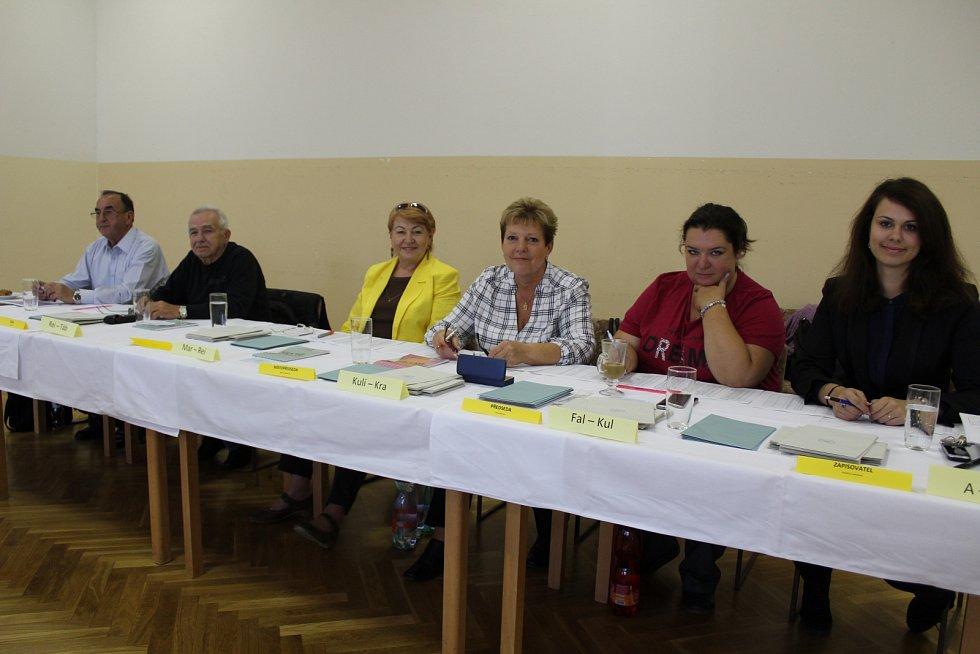Volby pokračovaly v Karlových Varech i v sobotu.