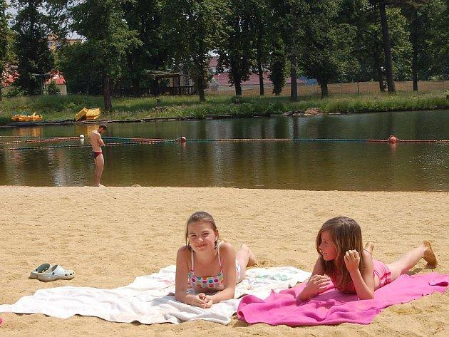 Zatím hlavně relaxace na pláži. Řada lidí už se postupně vypravuje k vodě. Včera si například slunce užívali návštěvníci koupaliště Rolava v Karlových Varech.
