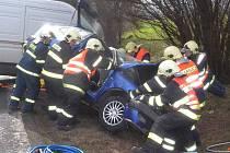 Těžce zraněného řidiče museli vyprostit hasiči. Do nemocnice ho transportoval vrtulník