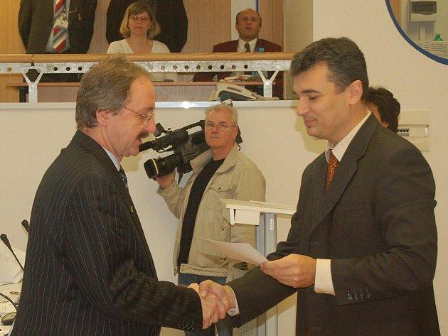 Slavnostní chvíle. Jaroslav Kočvara (vlevo) byl do funkce zastupitele Karlovarského kraje jmenován loni v listopadu, kdy si od ředitele krajského úřadu Romana Rokůska převzal i dekret.