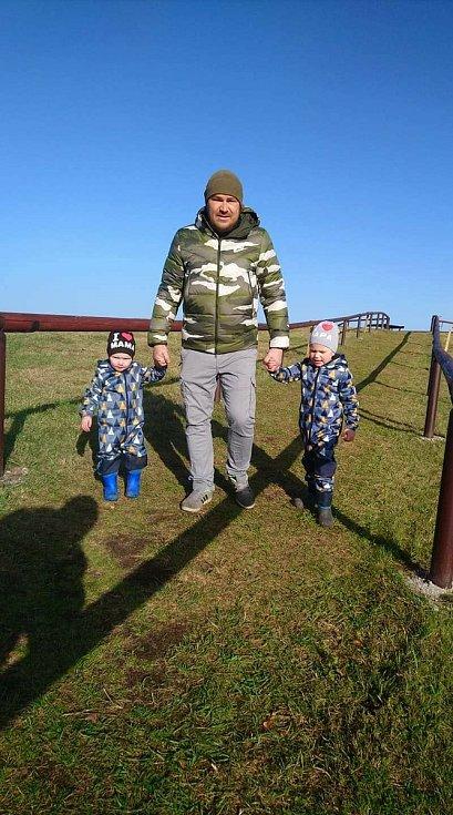 Antonín Křičenský se svými chlapci.