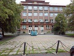 Prostranství před školou, které čekají úpravy.