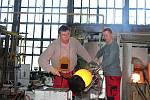 Premiér Andrej Babiš společně s ministrem průmyslu Karlem Havlíčkem a ministryní pro místní rozvoj Klárou Dostálovou navštívili v Karlových Varech sklárnu Moser, kde řešili pokoronavirovou situaci v podniku a případnou pomoc.