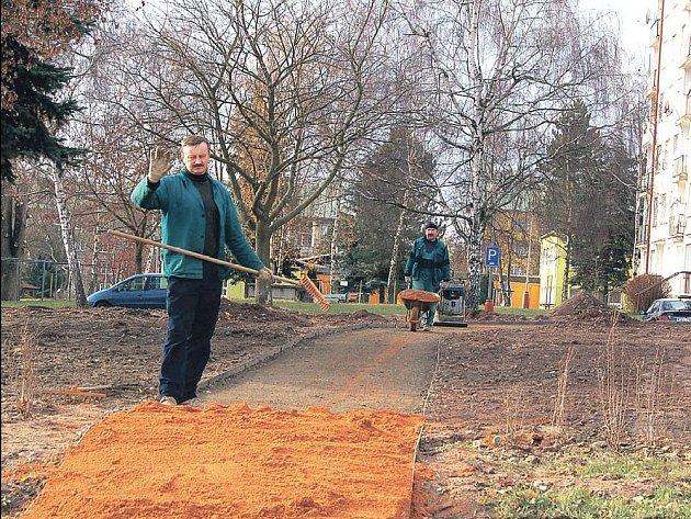 V Toužimi se pustili do opravy parku za 2,5 milionu korun. Tyto peníze získalo město z regionálního operačního programu. Práce se nezastavily ani o uplynulém víkendu.