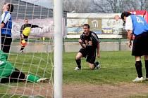 Jeden gól přidal Drmoulu i exligista v dresu Sedlece Miloš Slabý (v černém). Sedlec nakonec slavil výhru 5:2.