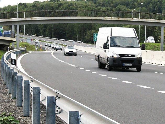 Na přípravné práce související se silnicí R6 má být příští rok 70 milionů.